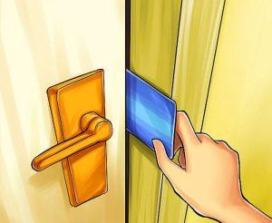 Как открыть дверь с помощью кредитной карты?